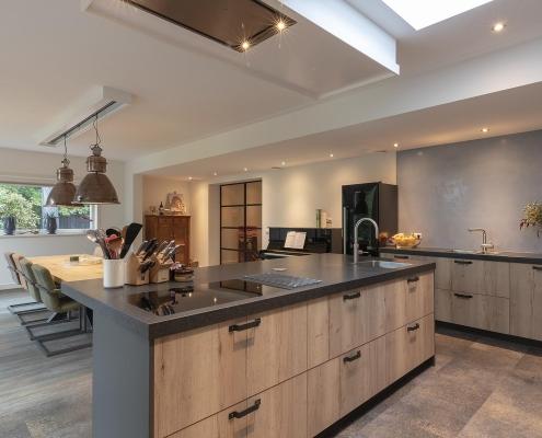 Keuken met zwart keukenblad