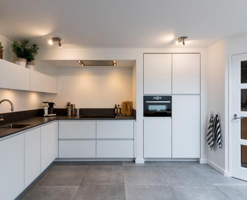 lichte keuken met beton vloer