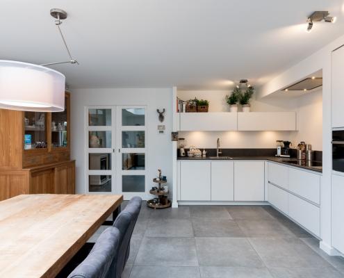 houten tafel in lichte keuken