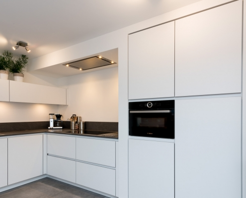 lichte keuken met donker keukenblad